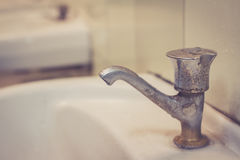 Abwasser, Wasserhahn in der schmutzigen öffentlichen Toilette Stockbild