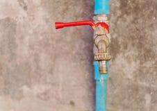 Abwasser, Wassertropfen vom alten Wasserhahn auf Schmutz ummauern zurück Lizenzfreie Stockfotografie