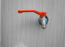 Abwasser, Wassertropfen vom Wasserhahn auf hölzernem Hintergrund Stockbilder