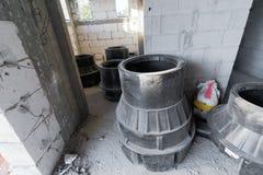 Abwasserausrüstung innerhalb eines Ziegelsteines und konkretes Haus unter constru Stockbilder