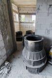 Abwasserausrüstung innerhalb eines Ziegelsteines und konkretes Haus unter constru Lizenzfreie Stockfotografie