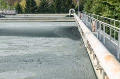 Abwasserbehandlung mit biologischem Schlamm Stockfoto