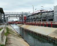 Abwasserbehandlungs-System in der Raffinerie an der Dämmerung Lizenzfreie Stockfotos