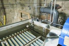 Abwasserbelüftungsbecken, das in einem Gebäude sprudelt Stockbild