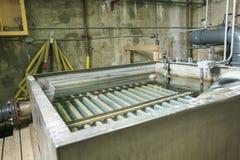Abwasserbelüftungsbecken, das in einem Gebäude sprudelt Lizenzfreie Stockfotografie