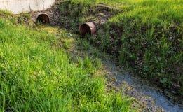 Abwasserdurchlauf in den Fallrohren für eine Abflussrinne Stockfoto