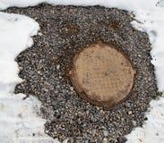 Abwassergrube im Schnee Lizenzfreies Stockfoto
