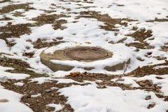 Abwassergrube im Schnee Lizenzfreies Stockbild