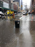 Abwasserkanal-Überlauf, Mülleimer überschwemmt während des starken Regens, NYC, USA Lizenzfreie Stockfotos