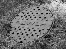 Abwasserkanal-Abdeckung (B&W) Stockfotografie
