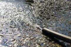 Abwasserkanal auf dem Strand Lizenzfreie Stockbilder