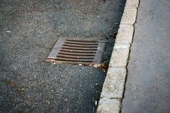 Abwasserkanal auf der Straße Lizenzfreie Stockbilder