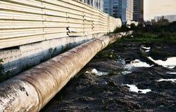 Abwasserkanal auf einem schmutzigen Boden Stockfotos