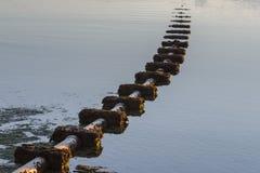 Abwasserkanal, der in das Meer herauskommt Lizenzfreie Stockbilder