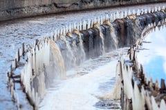 Abwasserkanal, der von den runden Siedlern überläuft Stockfotos