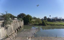 Abwasserkanal-Einleitung in Fluss Lizenzfreie Stockbilder