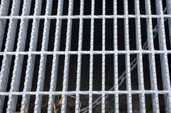 Abwasserkanal mit einem Rost und Löcher im Zementboden Stockbild