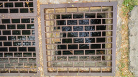 Abwasserkanal mit Stahlgitter Lizenzfreie Stockbilder