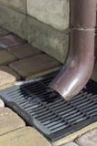 Abwasserkanal-Regenwasser und Abwasserkanalgitter für Ableitung Lizenzfreie Stockfotos