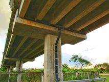 Abwasserkanal unter der Betonbrücke Lizenzfreies Stockfoto