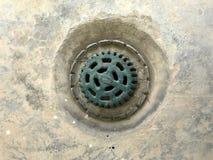Abwasserkanalabfluß wird mit Eisengitter bedeckt Lizenzfreies Stockfoto