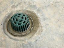 Abwasserkanalabfluß wird mit Eisengitter bedeckt Lizenzfreie Stockfotos
