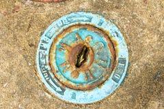 Abwasserkanaldeckel von einer Straße in Thailand Stockfotos