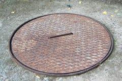 Abwasserkanaleinsteigeloch im Yard Lizenzfreie Stockfotografie