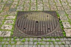 Abwasserkanaleinsteigeloch in Ostende, Belgien Stockfoto