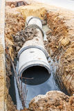 Abwasserkanalinstallation in der Stadt Stockbild