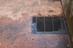 Abwasserkanalkanaldeckel in einer Stadtstraße Stockbilder