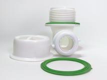 Abwasserkanalknie- und -plastikgitter für Abfluss für Loch der Wanne Lizenzfreie Stockfotografie