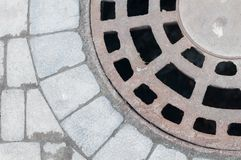 Abwasserkanalluke auf Boden grauer Farbfliese Lizenzfreie Stockfotos