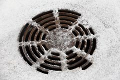 Abwasserkanalluke schneebedeckt, eisig Lizenzfreie Stockfotografie