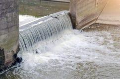 Abwasserkanalstadtschmutzwasser im Kanal verschmelzen Wasserfall Stockfotografie