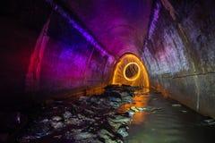 Abwasserkanaltunnel belichtet durch Farbelaternen und freezelight Lizenzfreie Stockfotografie