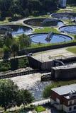 Abwasserkläranlage mit Fluss in der Hintergrundantenne Lizenzfreie Stockfotos