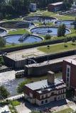 Abwasserkläranlage mit Fluss in der Hintergrundantenne Lizenzfreies Stockbild