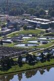 Abwasserkläranlage mit Fluss in der Hintergrundantenne Lizenzfreie Stockbilder