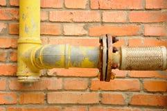 Abwasserleitung auf der Außenseite einer Backsteinmauer Lizenzfreies Stockbild