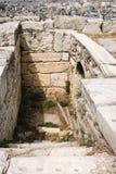 Abwasserleitung in der Akropolise und über Ansicht von Athen Stockfoto