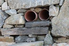 Abwasserleitung in der Steinwand Lizenzfreie Stockbilder