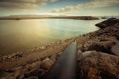 Abwasserleitung, die in Bucht läuft Lizenzfreie Stockfotos