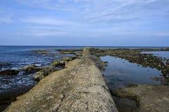 Abwasserleitung, die ihr Ausgangrecht in das Meer hat Lizenzfreie Stockbilder