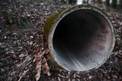 Abwasserleitung handelt aus den Grund Stockbilder