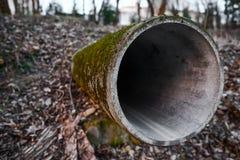 Abwasserleitung handelt aus den Grund Lizenzfreies Stockbild