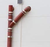 Abwasserleitungen auf der Wand Lizenzfreie Stockbilder