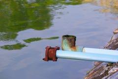 Abwasserleitungs-PVC Verschmutzung des Flusses Stockfoto