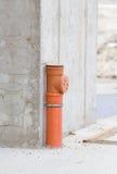 Abwasserrohr in der Betonkonstruktion Stockfoto