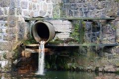 Abwasserrohr im Gebäude Stockfoto